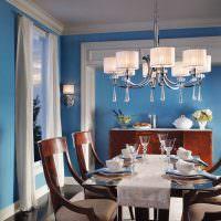 Синие стены в обеденной зоне кухни