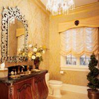 Стеклянная люстра на потолке ванной