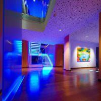 Неоновая подсветка лестницы в холле загородного дома