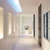 Яркое освещение узкого коридора