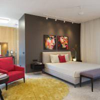 Серая стена в дизайне спальни
