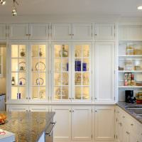Кухонные шкафы с подсветкой полок