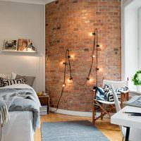 Открытые лампочки на кирпичной стене