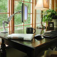 Письменный стол перед панорамным окном