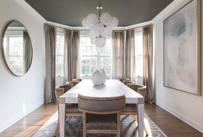 Светло-коричневые шторы в интерьере узкой гостиной