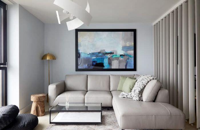 Абстракция над серым диваном в небольшой гостиной
