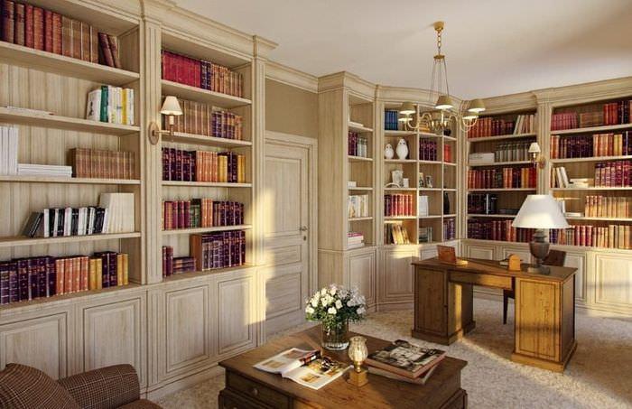 Интерьер домашней библиотеки с письменным столом