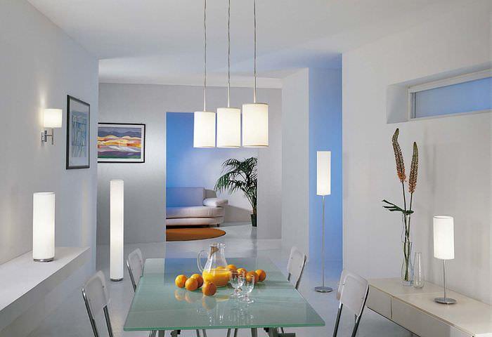 Освещение комнаты со светлыми стенами