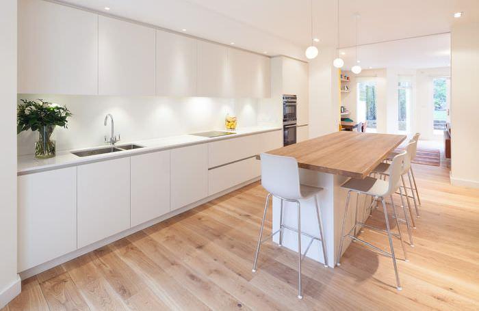 Удачное сочетания светлой кухонного гарнитура с дубовым полом