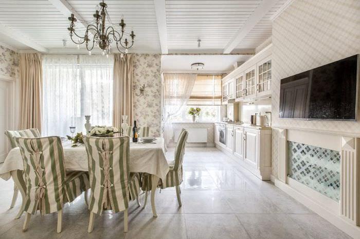 Светлый керамический пол в интерьере кухни-гостиной
