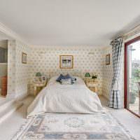 Панорамное окно в спальне с белым полом