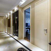 Светлый пол в узком коридоре