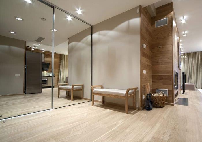 Зеркальный шкаф-купе в прихожей со светлым полом
