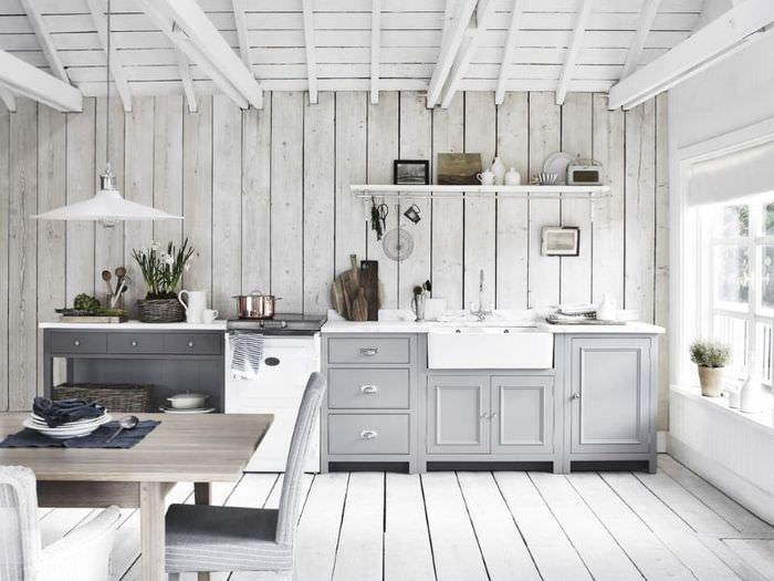 Светлая кухня-столовая в деревенском стиле