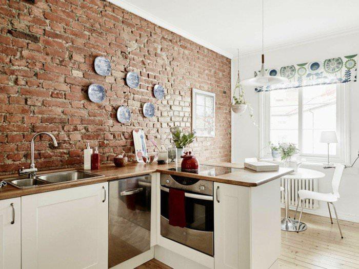 Интерьер кухни в доме с кирпичными стенами
