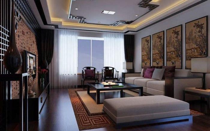 Темно-коричневый пол в гостиной с многоуровневым потолком