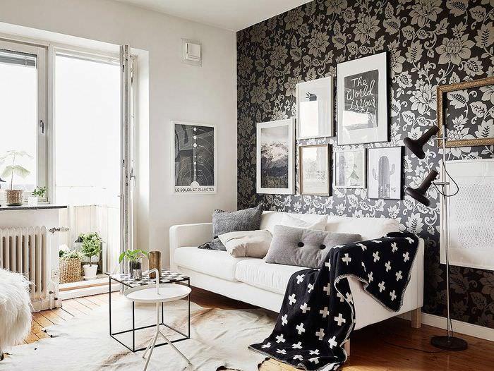 Декорирование стены над диваном темными обоями