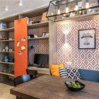 Обои с геометрическим орнаментом на стене кухни