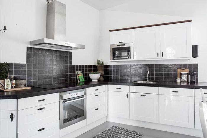 Кухонный гарнитур угловой планировки с белыми фасадами