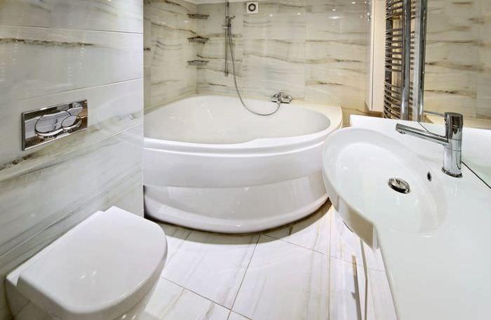 Угловая ванна из акрила в небольшом санузле
