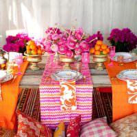 Оранжевые скатерти на праздничном столе