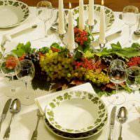 Свечи и виноград на праздничном столе