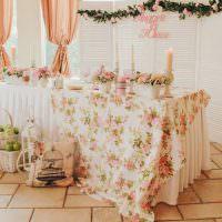 Праздничный стол с цветастой скатертью