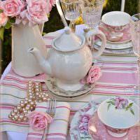 Заварочный чайник на полосатой скатерти