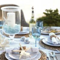 Белые тарелки на вязаной салфетке