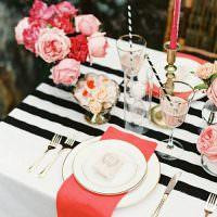 Белая тарелка на красной салфетке