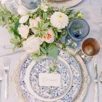Красивые тарелки на праздничном столе