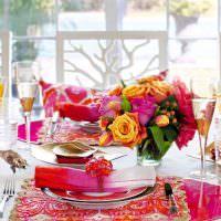 вазочка с живыми цветами на столе в гостиной