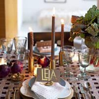Коричневые свечи на праздничном столе