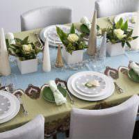 Салфетки в виде конусов на обеденном столе