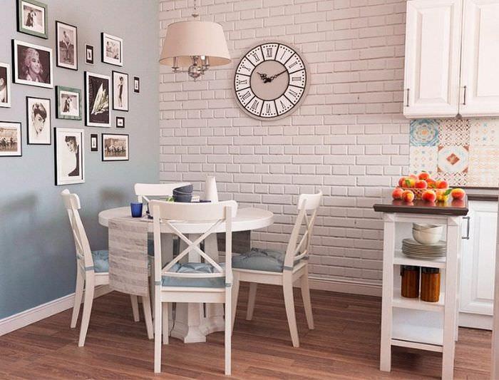 Декорирование стены кухни кирпичом