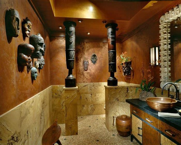 Маски африканских идолов на стене ванной комнаты