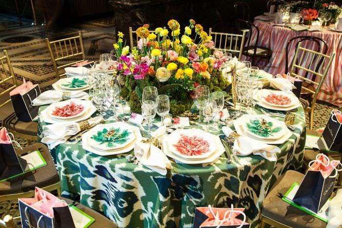 Украшение круглого стола весенними цветами