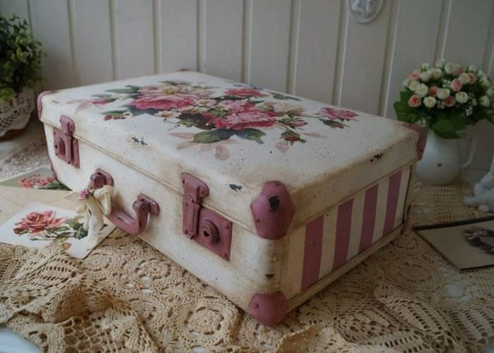 Винтажный чемодан для украшения интерьера квартиры