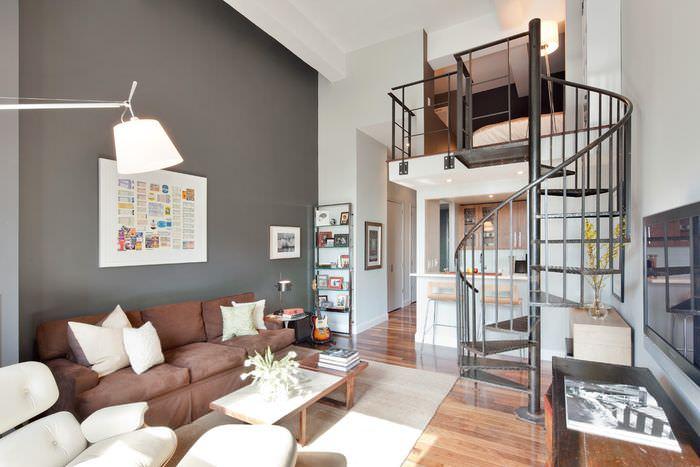 Металлическая винтовая лестница в интерьере квартиры