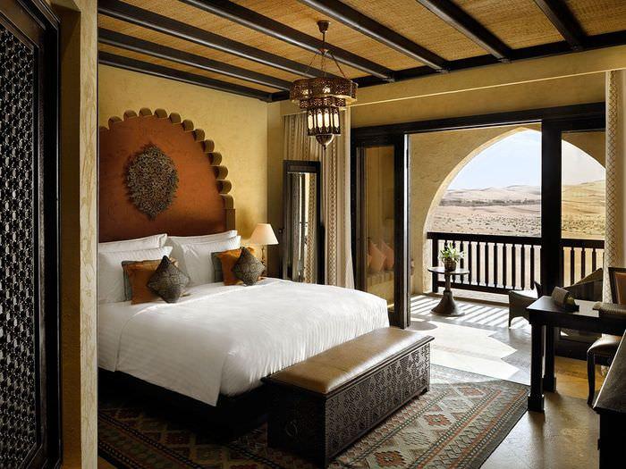 Интерьер небольшой спальни в колониальном стиле