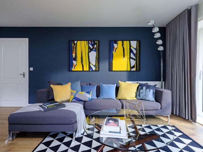 Две модульные картины на синей стене гостиной