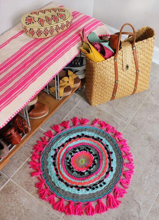Красивый вязаный коврик на полу прихожей
