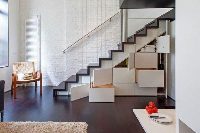 Удобные выдвижные ящики под лестницей на второй этаж квартиры