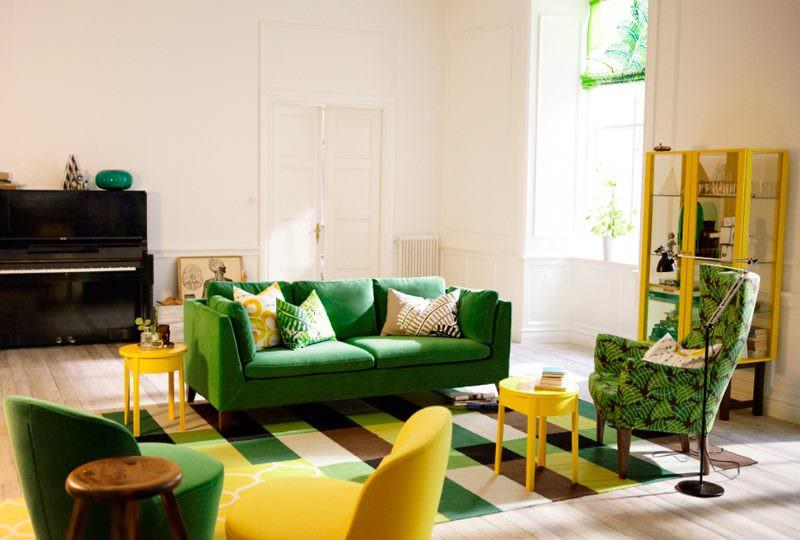 Весенний интерьер гостиной частного дома