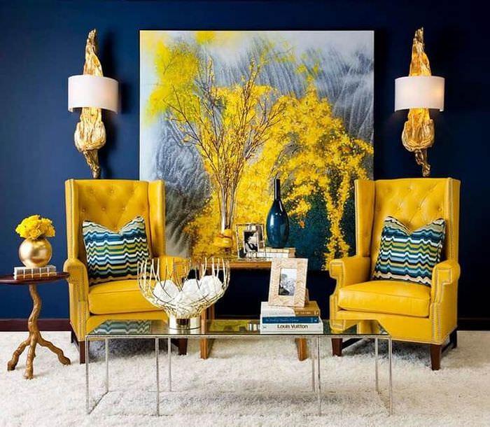 Акценты желтого цвета в интерьере гостиной с синими стенами
