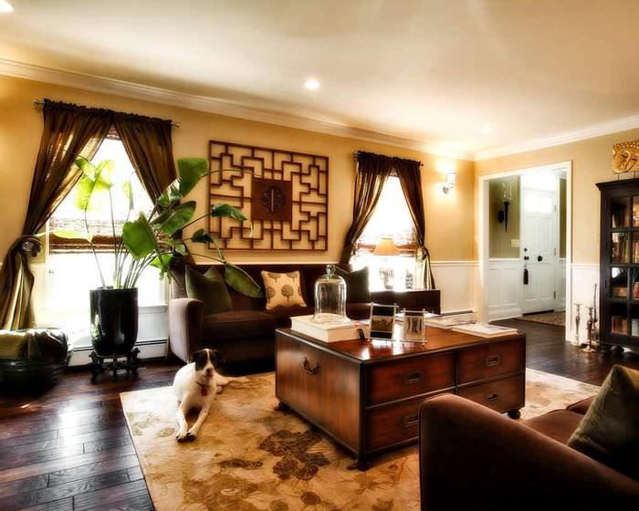 Светло-желтые стены в гостиной с деревянной мебелью