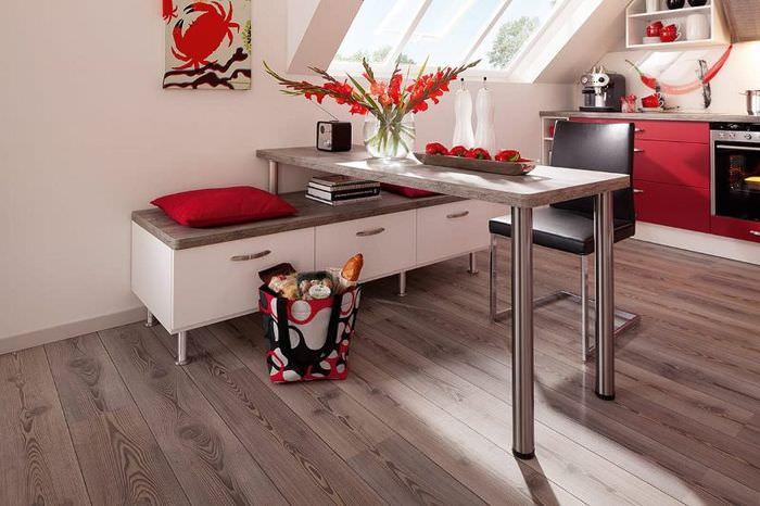 Барная стойка на тонких ножках в интерьере кухни загородного дома