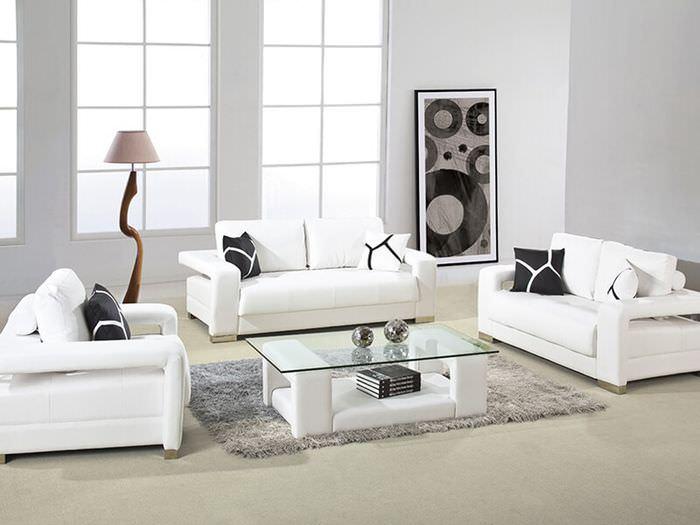 Три белых дивана в интерьере гостиной
