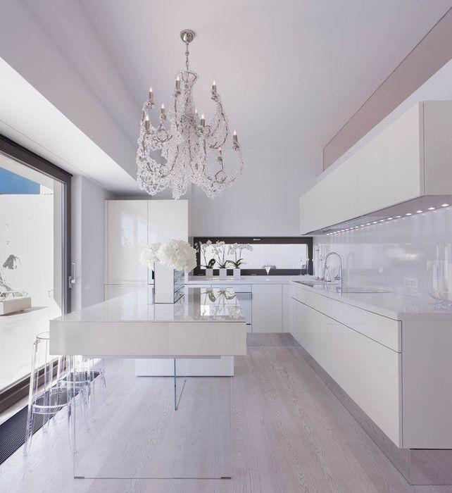 Интерьер современной кухни в белом цвете