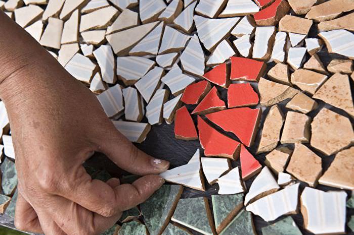 Декор поверхности с помощью обломков керамической плитки
